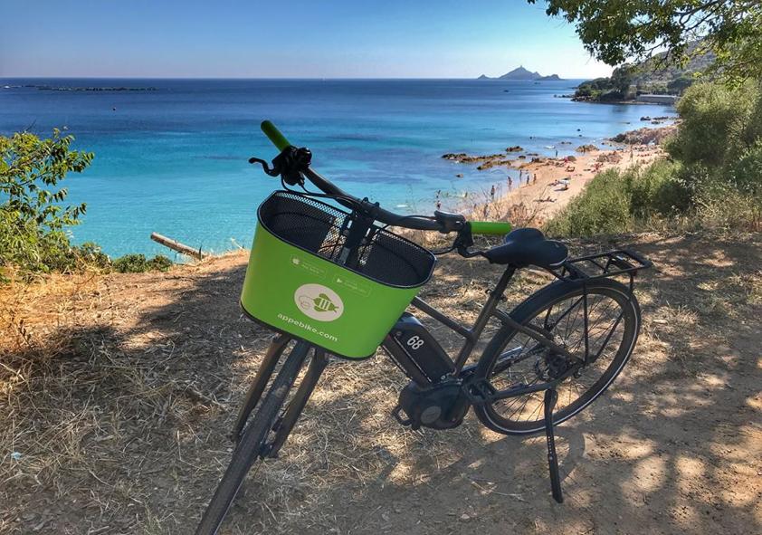 Boucle Ajaccio à vélo électrique le long des eaux turquoises